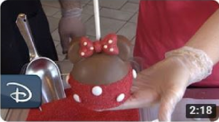 How-To Make a Minnie Mouse Apple at Candy Cauldron | Walt Disney World